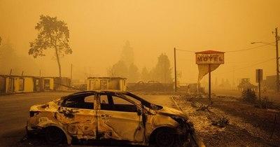 La Nación / Incendios arrasan la costa oeste de EEUU y dejan siete muertos