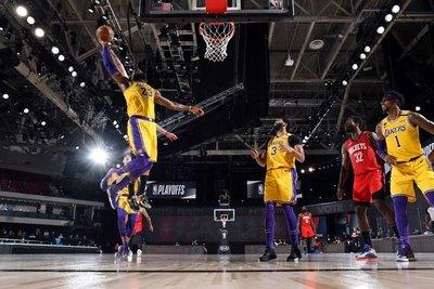 Los Lakers no perdonan a Rockets y les dejan al borde del abismo