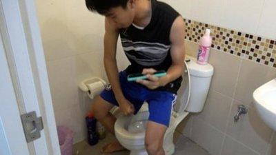 Tailandia: Joven fue mordido en el pene por una pitón mientras miraba videos en el baño