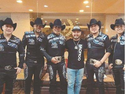 Fanático de Bronco hizo trueque de las botas de Guadalupe Esparza