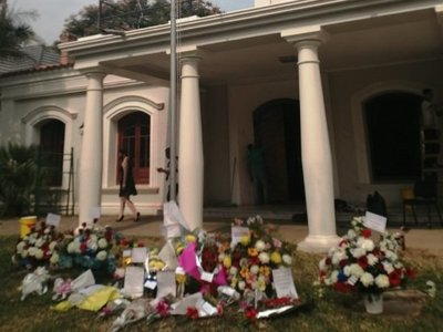 Consulado Paraguayo en Resistencia recibe flores tras atropello de manifestantes