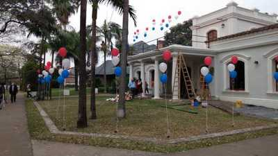 Paraguayos residentes en Argentina adornaron el Consulado en Resistencia atacado ayer