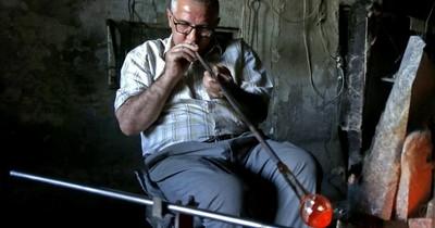La Nación / Una familia en Siria trata de salvar del olvido el arte del vidrio soplado