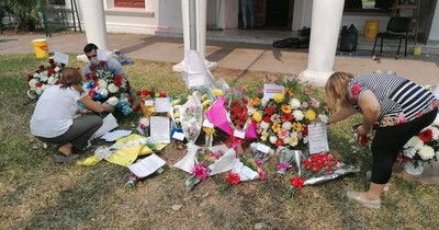 La Nación / Resistencia: paraguayos residentes llevaron flores y globos tras ataque al Consulado
