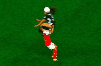 "Tremenda patada ""al estilo Adebayor"" en el fútbol femenino"