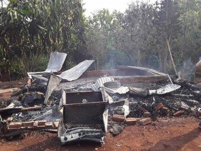 Desesperado, transmitió por Facebook cuando el fuego destruía su casa