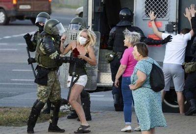 Policía bielorrusa detiene a decenas de mujeres durante manifestación