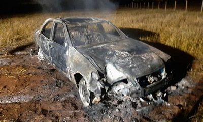 Automóvil se incendia tras chocar contra columna