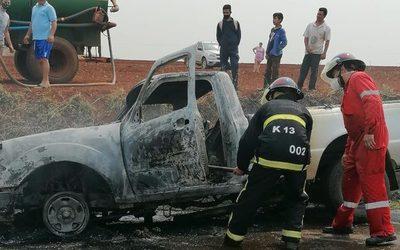 Vehículo se prende en llamas en plena marcha