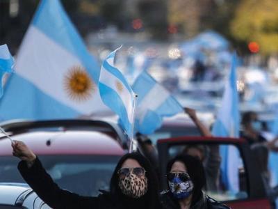 Argentinos protestan contra medidas de su presidente