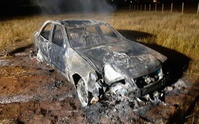 Chocó contra una columna y su auto se incendió por completo