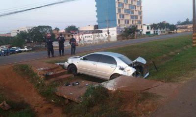 Chofer resulta con lesiones al caer con automóvil a una cuneta – Diario TNPRESS