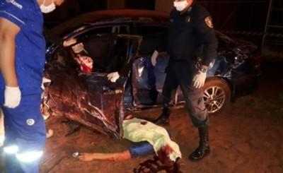 Conductor chocó violentamente contra un árbol y murió al instante