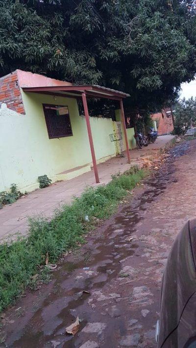 La costumbre de tirar agua servida y contaminar el ambiente vecinal