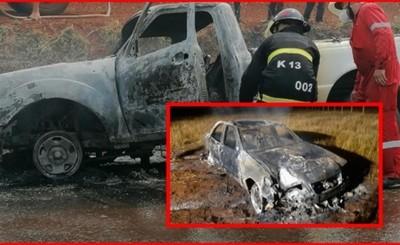 Fuego consume por completo dos vehículos en distintas circunstancias