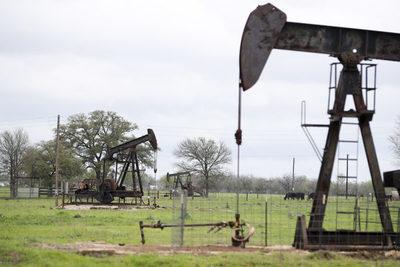 Baja el precio del crudo por alza de inventarios en EEUU