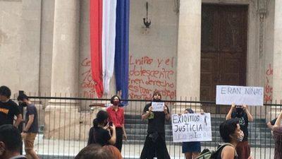 Piden orden de captura internacional por pintata y quema en el Panteón