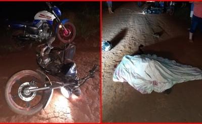 Motociclista perdió el equilibrio, cayó al camino de tierra y murió