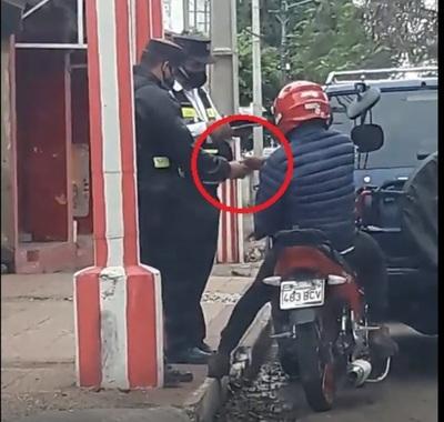 """Filmados cuando un motociclista da un """"apretón"""" de mano al PMT"""