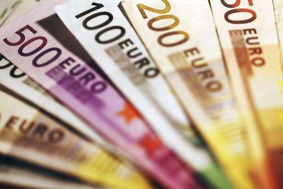 Cotización del euro subió 12,3% en agosto y repuntan las remesas desde España