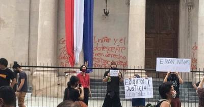 La Nación / Imputada por vandalizar panteón habría dado de comer hongos alucinógenos a un niño