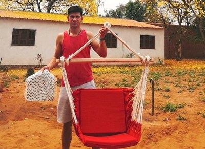 Crónica / Un ex-Luqueño chulea la crisis vendiendo hamacas