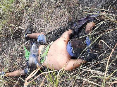 Macabro hallazgo de un cuerpo quemado junto a una moto