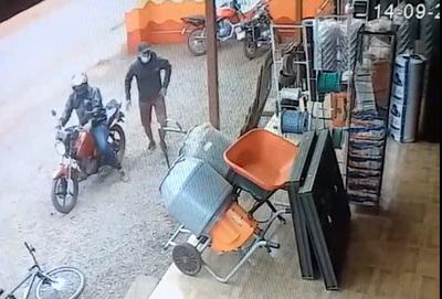 Violentos motochorros asaltan ferretería, roban recaudación del día y celulares