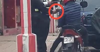 Agente de PMT, filmado cobrando aparentemente una coima