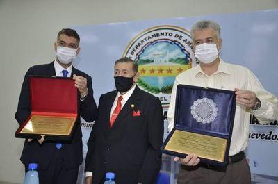 José Carlos y Ronald Acevedo reciben emotivo reconocimiento de don Paublino Mendoza Espínola