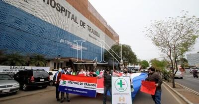 La Nación / Trabajadores del Hospital de Trauma se movilizan contra posible recorte presupuestario