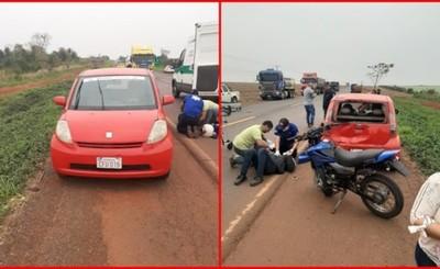 Motociclistas quedan heridos tras embestir por un vehículo estacionado