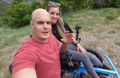 Youtuber crea una silla de ruedas todoterreno para su esposa: corre a 20 kilómetros por hora