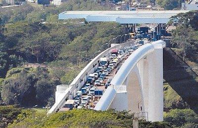 """Apertura con """"piolita"""" del Puente de la Amistad: si hay desborde, cierran de nuevo"""