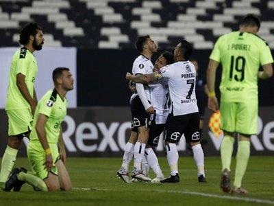 Colo Colo remonta a Peñarol y logra un triunfo que lo revitaliza