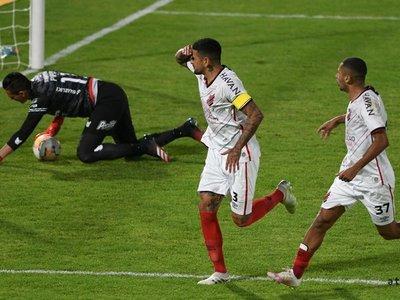 El Athletico Paranaense gana de remontada sobre la hora y es líder