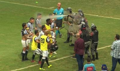 Crónica / Policías lanzaron gas pimienta a jugadores