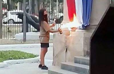Prisión preventiva para una de las imputadas por quema de bandera y pintata en el Panteón