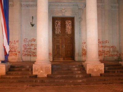 Pidió disculpas por quemar la bandera paraguaya y pintar el Panteón de los Héroes