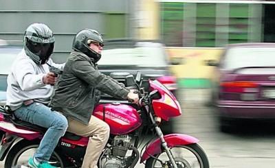 Sobre la marcha pistoleros en moto acribillan a joven parado en una esquina