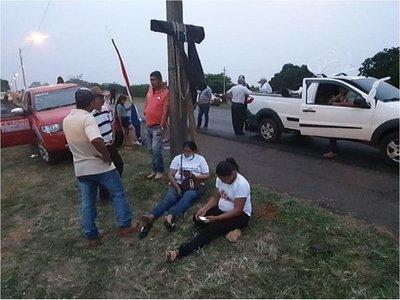 Obdulia Florenciano realiza crucifixión simbólica para pedir datos de Edelio