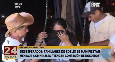 Madre de Edelio se encadena a cruz y exige igualdad en búsqueda