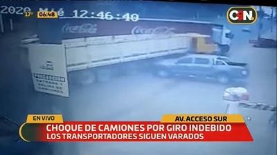 Camiones chocan sobre Acceso Sur tras giro indebido