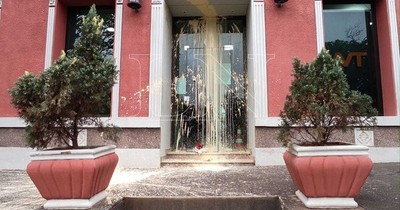 La Nación / Derraman pintura y dejan ramo de flores en la puerta de un canal en Coronel Oviedo