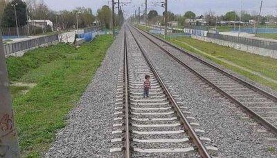 Detuvo el tren a tiempo al ver a niño de 3 años en las vías