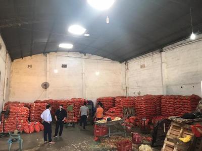 Incautan más de 30 toneladas de cebolla de un depósito en zona del mercado de Abasto