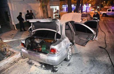 Vehículo se salvó de consumirse totalmente e indicios hace sospechar  de incendio provocado