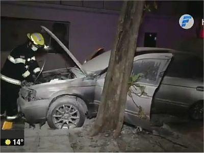 Fuego consume cajuela de un auto y sospechan que fue provocado