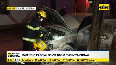 Incendio parcial de vehículo habría sido intencional