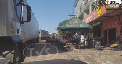 Denuncian que camiones varados obstaculizan acceso a locales